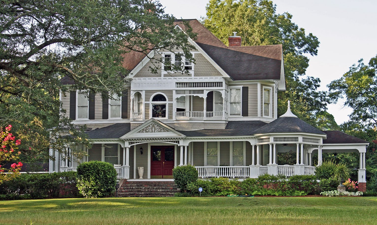 Victorian houses pictures the image kid for Victorian house facts